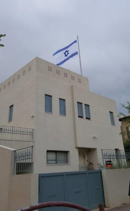 Installing a 20-foot-tall Connie steel mast on the roof of a school in Orans תורן