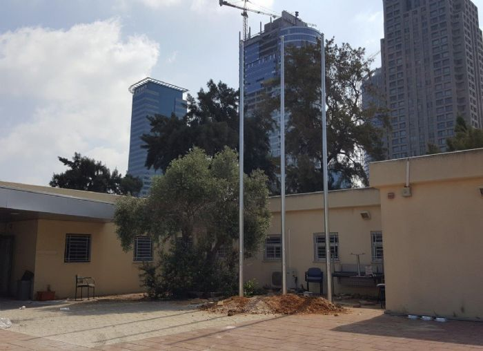 Installing תורן Connie steel mast at a police station in Savidor