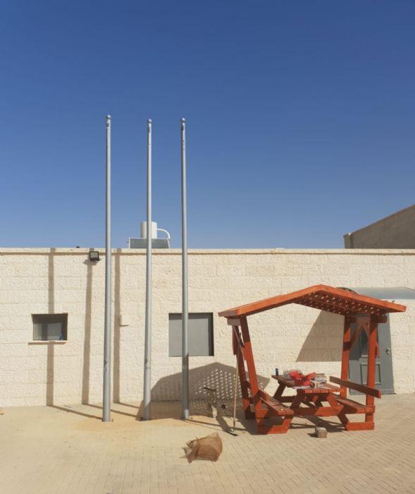 Instalación de un asta bandera de acero connie de 20 pies en la estación de bomberos de Yeruham