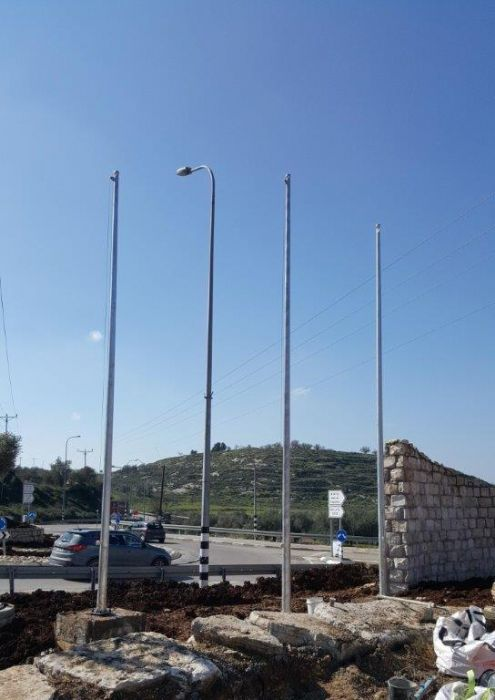 Installing an 25-foot-tall Connie steel mast at the entrance to the Kedmot תורן