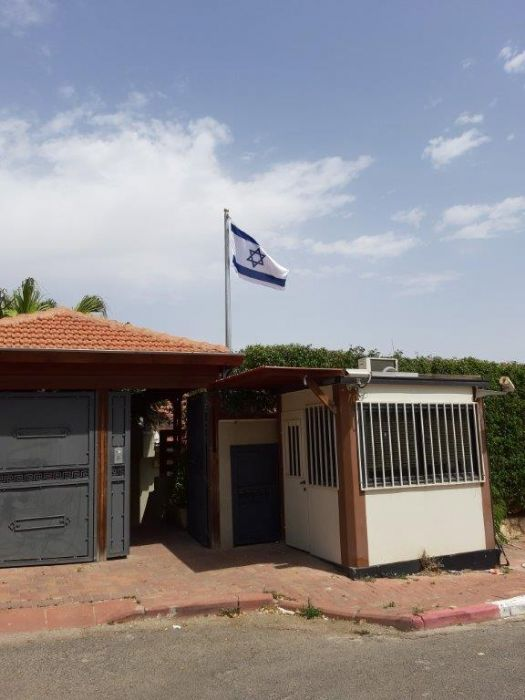 Installing תורן connie steel flagpole with an arm to the wall at benny Gantz's house