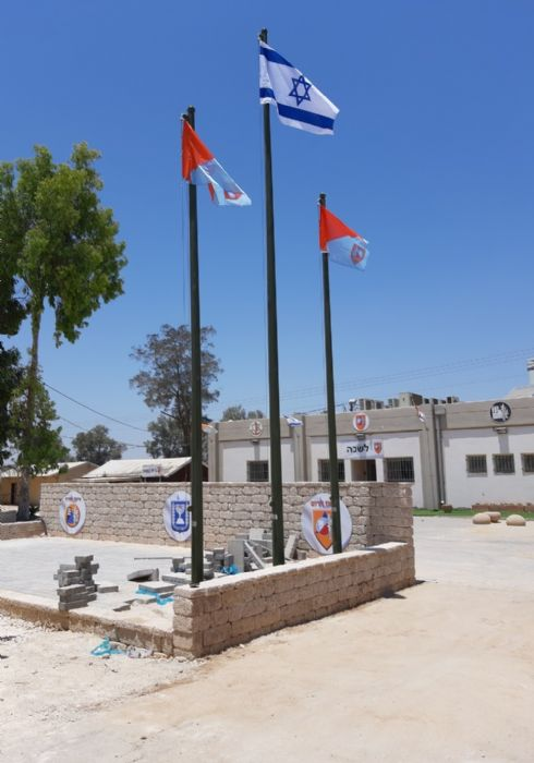 Installing a 20-foot-tall Connie steel mast at the Home Front Command base in Ore תורן