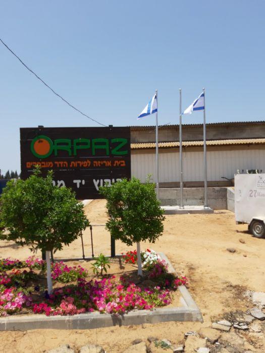 Instalación de un mástil de acero Connie de 20 pies de altura en Orpaz Hadar Yad Mordechai