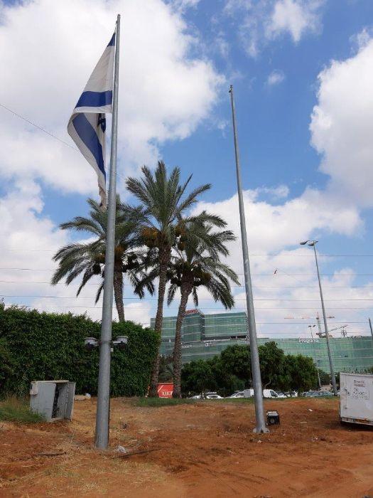 Instalación de un mástil de acero Connie de 50 pies de altura en la entrada de Ra'anana desde la calle A manoha