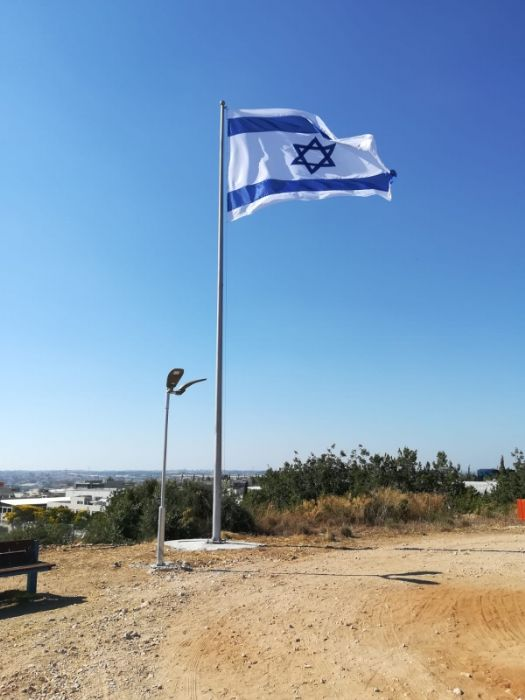Installation תורן 40-foot-tall Connie steel mast on The Land of Israel Plants Hill in Tsur Yigal with a national flag of 340 by 470 cm.