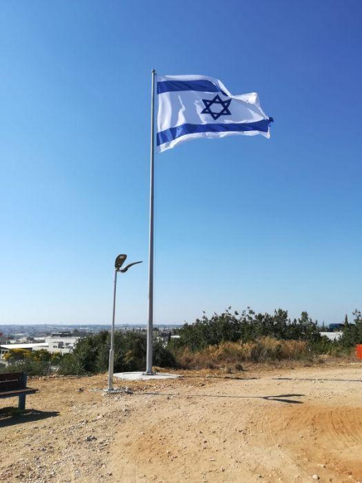Instalación de un mástil de acero Connie de 40 pies de altura en La Tierra de Israel Plantas Hill en Tsur Yigal con una bandera nacional de 340 por 470 cm.