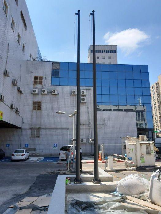 Instalación de un asta de bandera de acero connie de 20 pies de altura pintada en Rahl 7022 en el edificio New Histadrut en Haifa
