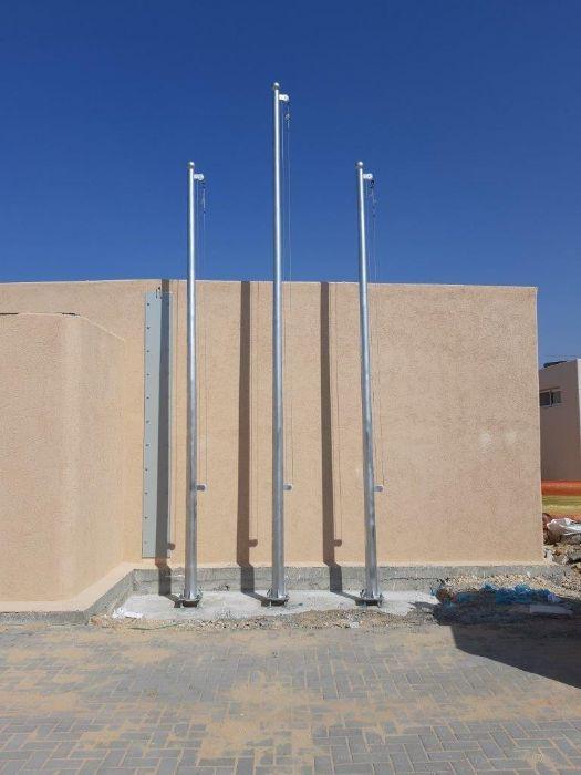 Instalación de un mástil de acero connie a una altura de 5 + 6 metros en la base de platas, distanciaתרנים los centros de mástil 100 cm