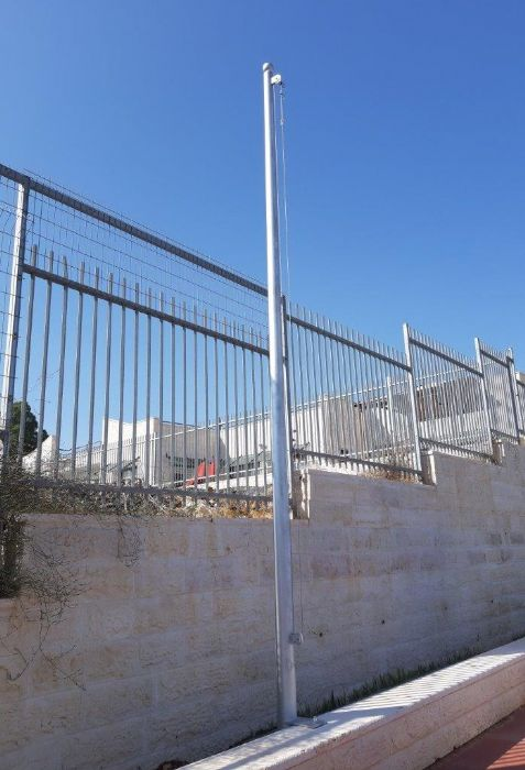 Installation of a 20-foot-tall Connie steel mast at the Almond Hemdat School in Meseret Zion תורן