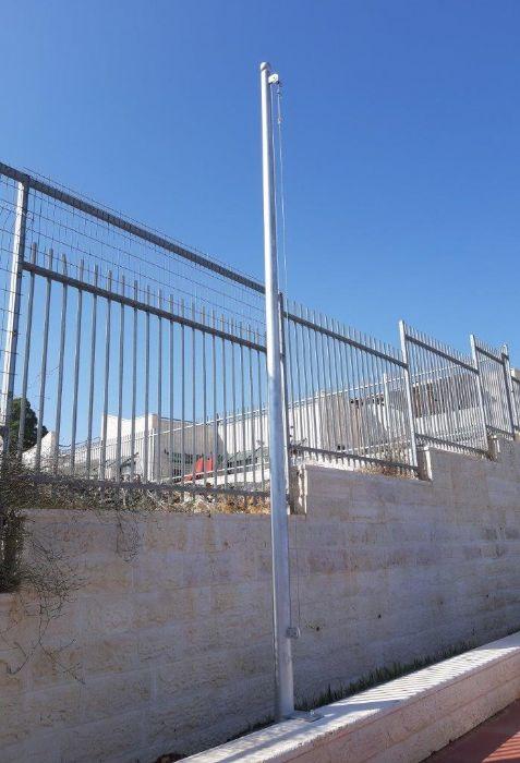 Instalación de un mástil de acero Connie de 20 pies de altura en la Escuela Almond Hemdat en Meseret Zion
