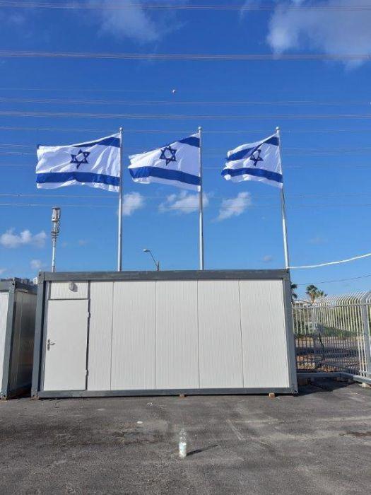 Instalación de un pequeño asta de bandera de acero a una altura de 10 metros en el puerto de Haifa