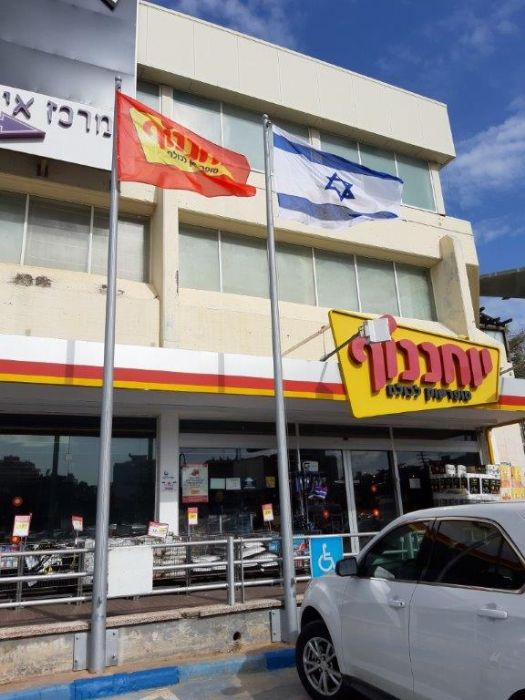 Installation תורן Connie steel mast at the Ness Ziona branch of the Yochananoff chain