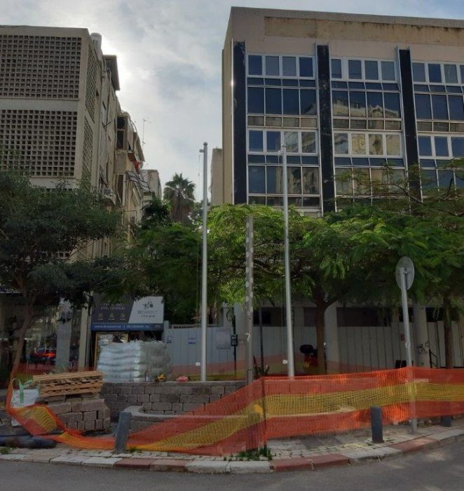 Installing a 20-foot-tall Connie steel mast at the entrance to Givatayyes from Sirkin Street תורן