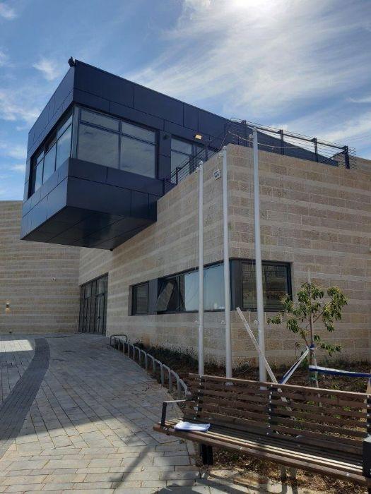 Instalación de un mástil de acero Connie de 15 pies de altura en un centro cultural para jóvenes en Pisgat Zeev