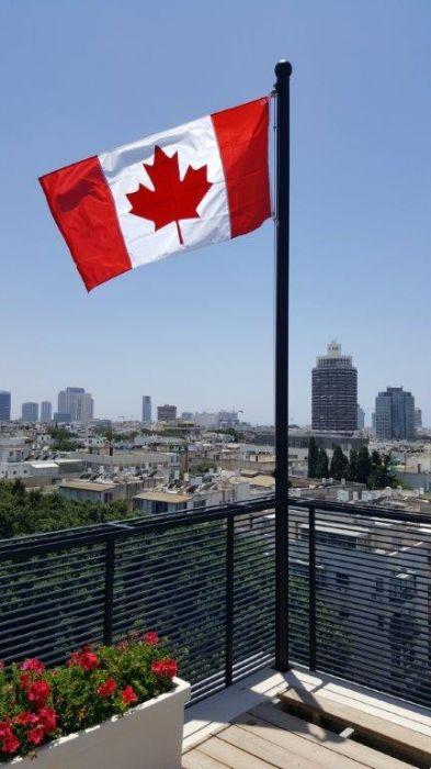 3 diámetros uniformes asados a asta de bandera 13 pies de altura en la terraza de la azotea de la Casa del Embajador Canadiense en Tel Aviv