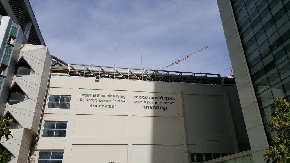 Una instalación de mástil de acero uniforme de 20 pies de altura en una construcción de acero en el techo del edificio del Ala de Medicina Interna en Ichilov