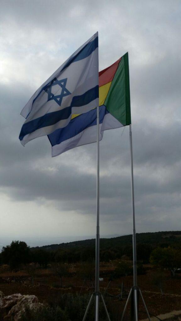 תורן portable telescopic aluminum mast, 23 feet high with a Druze flag size 160 by 220 s