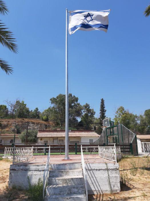 Extracción de un asta de bandera existente e instalación de un mástil de acero de 25 pies en la Base de Municiones de Campo Elezary de Beit