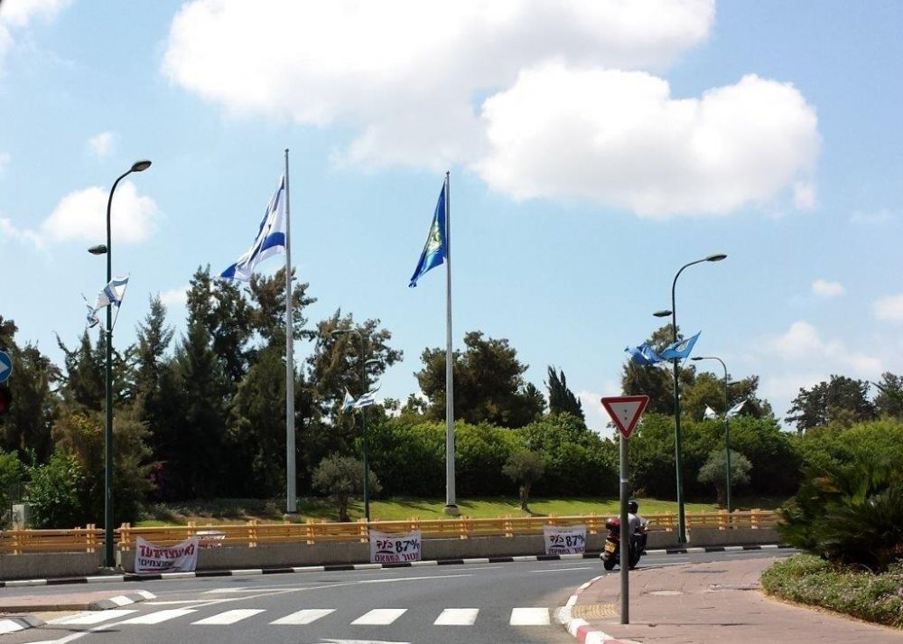 Installation תורן 20-meter-high Connie steel mast at the entrance to Ramat Gan with flags of 5 by 7 meters from surf cloth