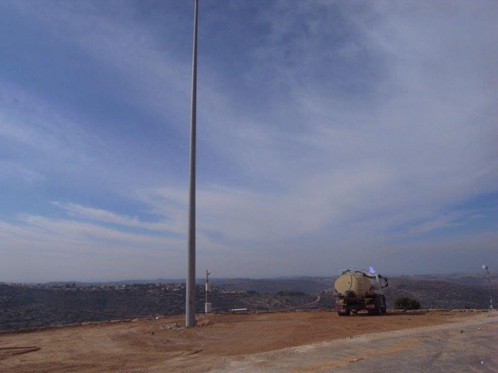 Установка стальной мачты конни высотой 24 метра, в Иудее и Самарии.