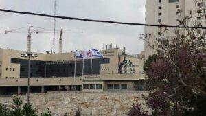 sop resize  תרני אלומיניום קוני בגובה  מטר התקנה באמצעות חבקים לקיר חיצוני מוגבה במדא מרחב ירושלים עם דגלי לאום ולוגו בגודל  על  מטר