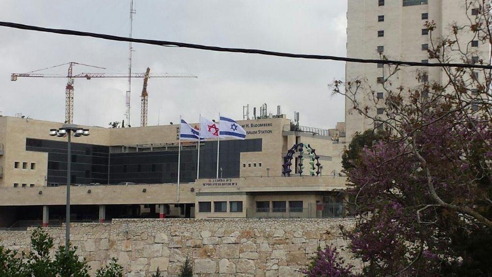 Instalación de flaginis de aluminio connie de 40 pies de altura usando abrazos para una pared exterior levantada por mda incluyendo banderas nacionales