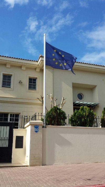 Instalación de un mástil de acero uniforme de 20 pies mediante la fijación a una pared en el hogar del embajador de la Unión Europea en Israel