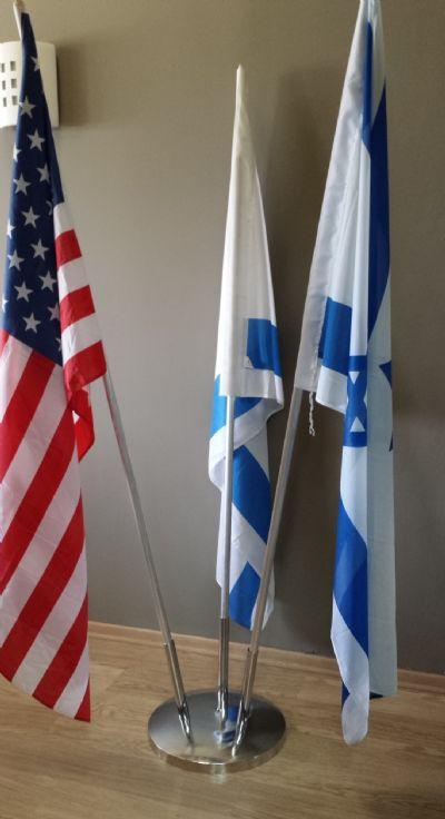 מעמד רצפתי ממתכת מצופה ניקל עבור  דגלים עם קנים בצורת קודקודי משולש